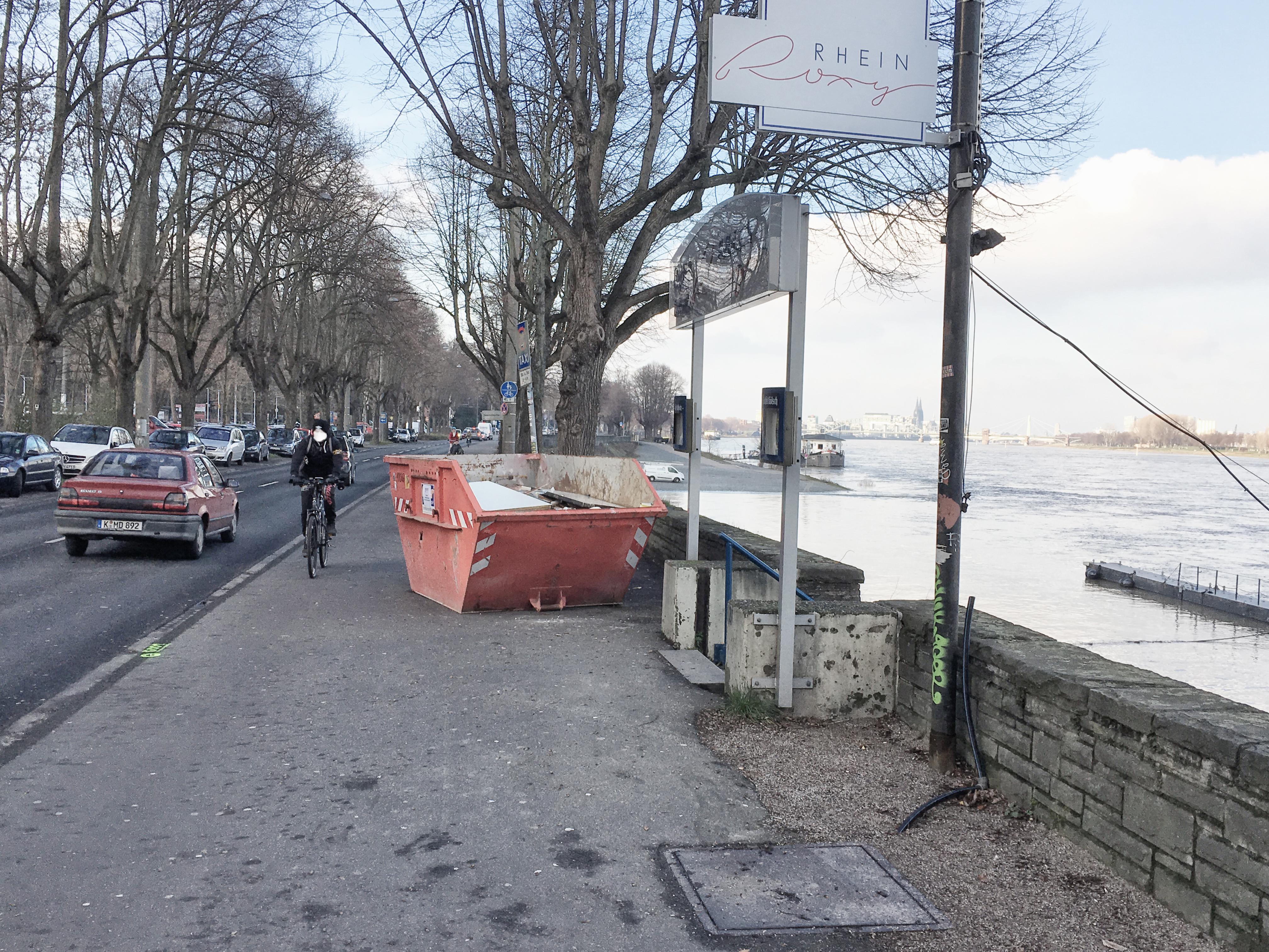 Bescheiden aufgestellter Conainer auf einem Fuß- und Radweg