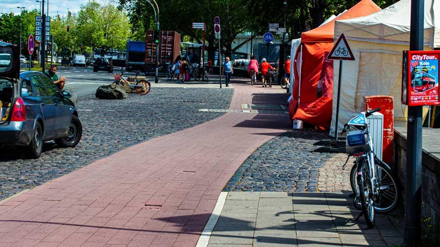 Zelte bis an den Radweg